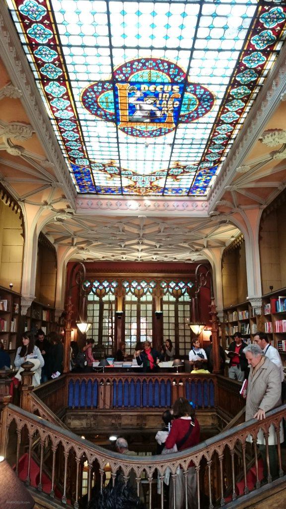 Livraria Lello e Irmão e seu interior deslumbrante. | Lello e Irmão bookstore and its gorgeous interior.